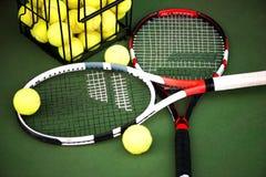 Chiuda sulla vista della racchetta e delle palle di tennis sul cour del tennis dell'argilla Fotografia Stock Libera da Diritti
