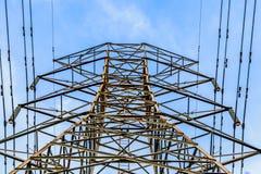 Chiuda sulla vista della torre ad alta tensione con i cavi Immagine Stock