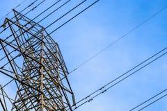 Chiuda sulla vista della torre ad alta tensione con i cavi Immagine Stock Libera da Diritti
