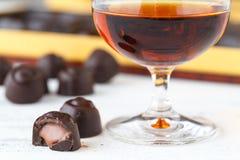 Chiuda sulla vista delle caramelle di cioccolato con pralina Fotografia Stock