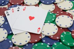 Chiuda sulla vista delle carte da gioco con gli assi su loro Immagine Stock