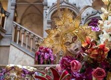 Chiuda sulla vista delle decorazioni e della scala interna all'hotel di Danieli decorato per il carnevale di Venezia immagini stock libere da diritti