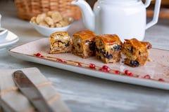 Chiuda sulla vista di bei dolci orientali eleganti, baklava, servita sul piatto Bella decorazione, piatto del ristorante Fotografia Stock Libera da Diritti