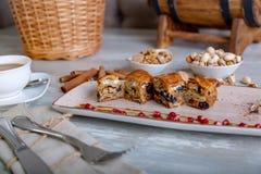 Chiuda sulla vista di bei dolci orientali eleganti, baklava, servita sul piatto Bella decorazione, piatto del ristorante Immagine Stock Libera da Diritti