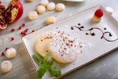 Chiuda sulla vista di bello dessert dolce elegante, biscotto al burro, servito sul piatto Bella decorazione, piatto del ristorant Fotografia Stock Libera da Diritti