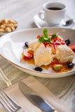 Chiuda sulla vista di bello dessert dolce elegante, millefoglie, servito sul piatto Bella decorazione, piatto del ristorante Fotografie Stock
