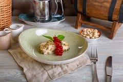 Chiuda sulla vista di bello dessert dolce elegante, roulette del pistacchio, servite sul piatto Bella decorazione Fotografia Stock