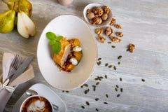 Chiuda sulla vista di bello dessert dolce elegante servito, rotolo della noce, sul piatto Bella decorazione, ristorante Fotografia Stock Libera da Diritti