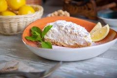 Chiuda sulla vista di bello dessert dolce elegante servito, torta del limone, sul piatto Bella decorazione, piatto del ristorante Fotografia Stock