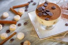 Chiuda sulla vista di bello dessert dolce elegante, tiramisù, servito sul piatto Bella decorazione, piatto del ristorante Fotografia Stock