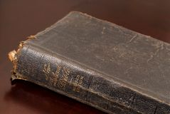 Chiuda sulla vista di bibbia di famiglia molto vecchia che riposa sulla tabella Fotografia Stock Libera da Diritti