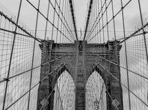 Chiuda sulla vista di colore del ponte di Brooklyn in bianco e nero immagine stock libera da diritti