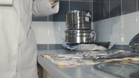 Chiuda sulla vista di controllo degli strumenti medici in un laboratorio 4K video d archivio