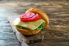 Chiuda sulla vista di montaggio dell'hamburger del manzo Immagine Stock