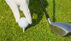 Chiuda sulla vista di palla da golf sul T Fotografia Stock Libera da Diritti