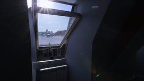 Chiuda sulla vista di piccola finestra aperta del tetto video d archivio