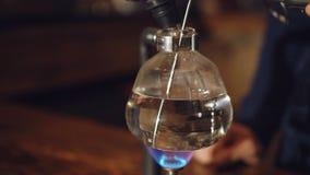 Chiuda sulla vista di preparazione del caffè in un vuoto in 4K video d archivio