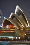 Chiuda sulla vista di singole coperture del calcestruzzo prefabbricato di Sydney Opera House alla notte Immagine Stock