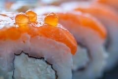 Chiuda sulla vista di un frammento dei sushi del rotolo di Filadelfia Fotografia Stock Libera da Diritti