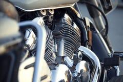 Chiuda sulla vista di un motore brillante di progettazione del motociclo del cromo con ex Immagine Stock