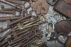 Chiuda sulla vista di vecchio lucchetto e sulle chiavi su un fondo del metallo Immagine Stock