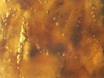 Chiuda sulla vista di vetro a freddo di cola con struttura del fondo della goccia di acqua Immagini Stock Libere da Diritti
