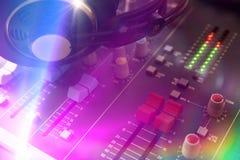 Chiuda sulla vista elevata il DJ del tecnico del suono Immagine Stock