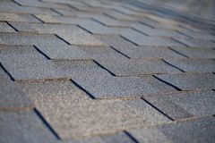 Chiuda sulla vista su Asphalt Roofing Shingles Background Assicelle del tetto - tetto immagini stock