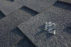 Chiuda sulla vista su Asphalt Roofing Shingles Background Assicelle del tetto - tetto Asphalt Roofing Shingles e chiodi Immagine Stock Libera da Diritti