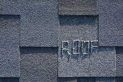 Chiuda sulla vista su Asphalt Roofing Shingles Background Assicelle del tetto - tetto Asphalt Roofing Shingles ed i chiodi sono p Fotografie Stock