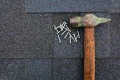Chiuda sulla vista su Asphalt Roofing Shingles Background Assicelle del tetto - tetto Asphalt Roofing Shingles Hammer e chiodi Immagini Stock Libere da Diritti