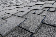Chiuda sulla vista su Asphalt Roofing Shingles Background Assicelle del tetto - tetto Assicelle del tetto coperte di gelo Immagine Stock Libera da Diritti