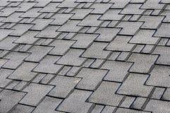 Chiuda sulla vista su Asphalt Roofing Shingles Background Assicelle del tetto - tetto Assicelle del tetto coperte di gelo Fotografia Stock