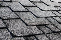 Chiuda sulla vista su Asphalt Roofing Shingles Background Assicelle del tetto - tetto Assicelle del tetto coperte di gelo Fotografia Stock Libera da Diritti