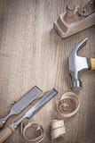 Chiuda sulla vista sugli scalpelli del martello e sui trucioli del pianificatore Fotografia Stock