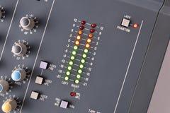 Chiuda sulla vista superiore del tecnico del suono digitale del vu-metro fotografia stock