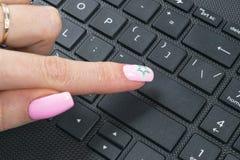Chiuda sulla visualizzazione di un dito che spinge su un bottone vuoto della tastiera di computer Dito che preme un bottone di al Fotografie Stock