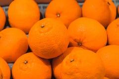 Chiuda sulle arance fresche sul mercato Immagini Stock