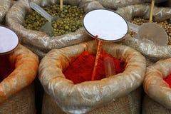 Chiuda sulle borse delle spezie con i prezzi da pagare in bianco immagine stock libera da diritti