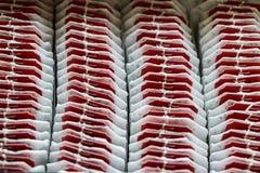 Chiuda sulle bustine di tè con le etichette rosse in scatola Fotografia Stock
