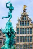 Chiuda sulle case della fontana e di cooperativa di Barbo a Anversa, Belgio immagini stock
