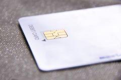 Chiuda sulle chip card dell'oro sulla carta di debito bianca Fotografie Stock Libere da Diritti