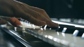 Chiuda sulle dita del pianista alle chiavi del piano Le armi degli uomini giocano l'assolo di musica o di nuova melodia Mani del  video d archivio