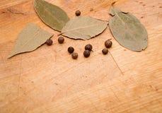 Chiuda sulle foglie di alloro e dei granelli di pepe Fotografia Stock Libera da Diritti
