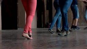 Chiuda sulle gambe della gente di dancing dell'interno stock footage