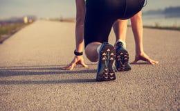 Chiuda sulle gambe dello sprinter di immagine sull'inizio Fotografia Stock Libera da Diritti