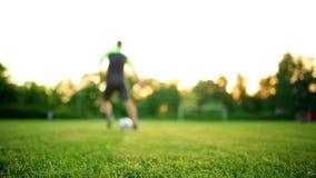 Chiuda sulle gambe e sui piedi del giocatore di football americano nell'azione che indossa le scarpe nere che corre e che gocciol video d archivio
