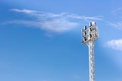 Chiuda sulle luci dello stadio, sul fondo del cielo Fotografia Stock Libera da Diritti
