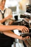 Chiuda sulle mani che la cameriera di bar produce il caffè Fotografia Stock