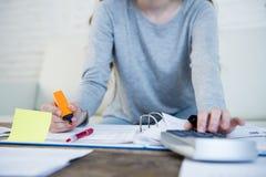 Chiuda sulle mani con la penna dello sforzo di sofferenza della donna che fa le fatture domestiche di lavoro di ufficio di contab Immagini Stock